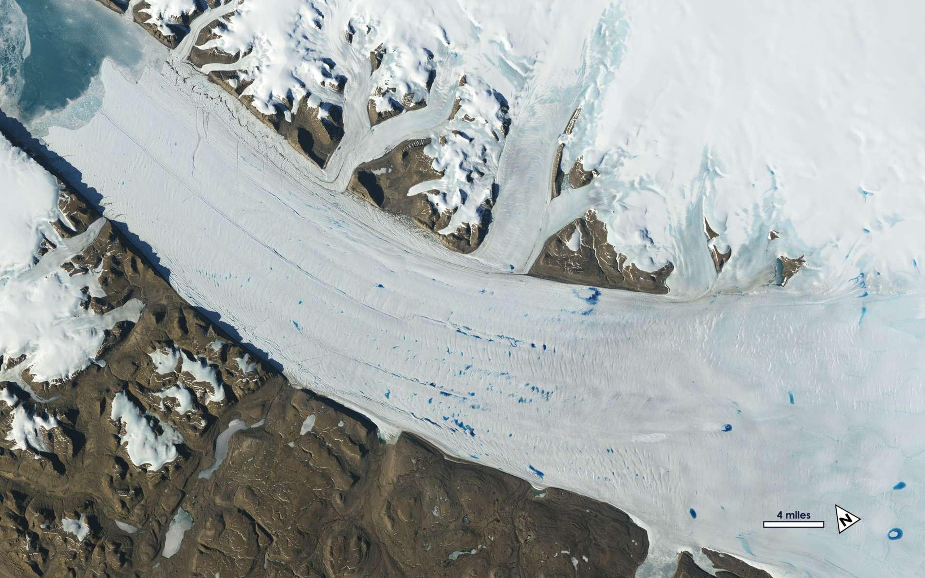 Les eaux fondues sur la surface du glacier Petermann au Groenland en juin 2019. © Nasa, USGS