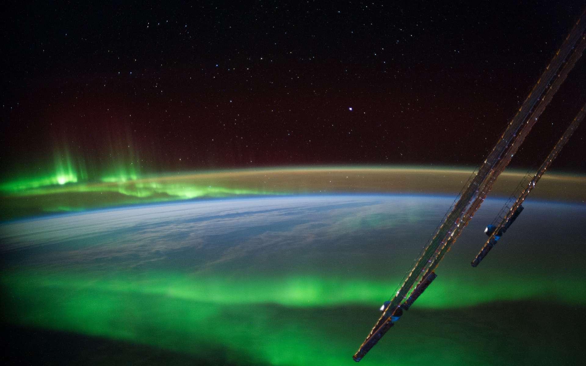 À environ 400 km d'altitude, la Station spatiale internationale ne met qu'une heure et demie à faire un tour de la Terre. Son orbite, inclinée à 51,6° par rapport au plan équatorial, lui donne régulièrement une bonne vue sur les aurores polaires. En voici de magnifiques... L'azote donne des couleurs bleues et rouges, et l'oxygène des teintes vertes et rouges. © Nasa cc by-nc 2.0