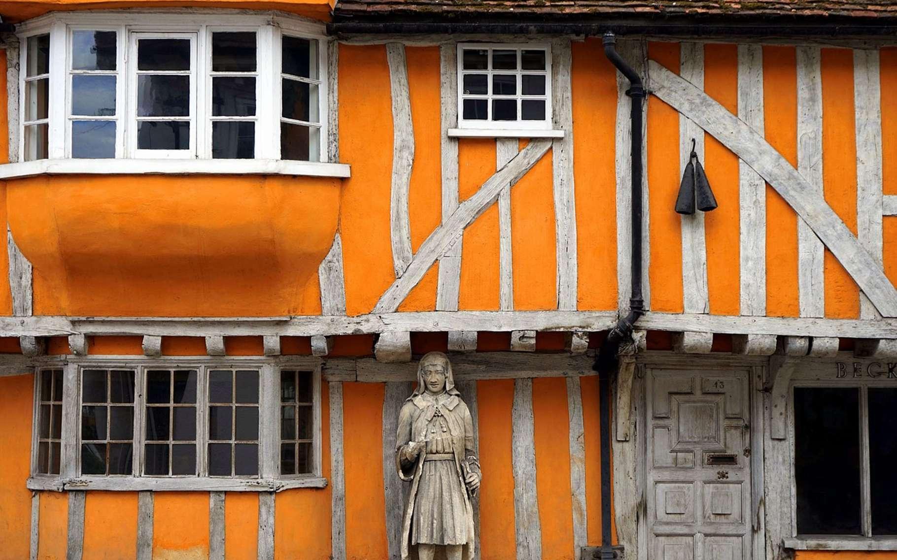 Les maisons à colombage, aussi appelées maisons à pans de bois ou maisons à corondages, se reconnaissent grâce à deux éléments. Le premier est, évidemment, le colombage, c'est-à-dire un ensemble de poutres apparentes qui délimitent des compartiments au sein du mur. Le second est le hourdage, soit la maçonnerie remplissant les compartiments du mur. Elle est souvent réalisée à partir de plâtre ou de bauge. © Creative Commons, CC0