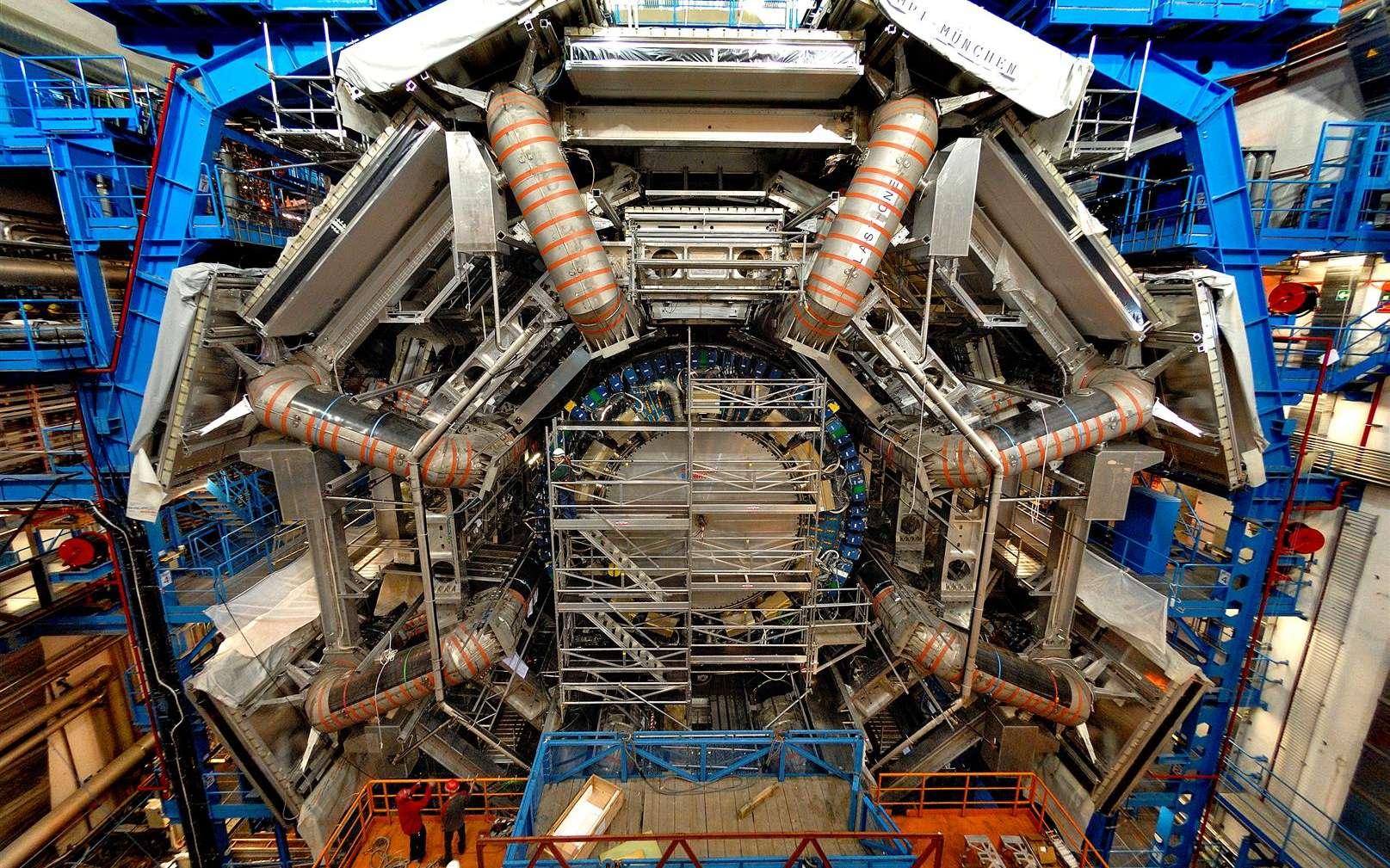 Une vue d'ATLAS en cours de montage. Crédits : CERN