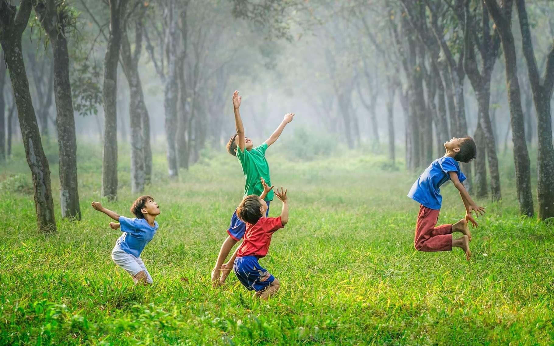 Où les enfants trouvent-ils l'énergie de jouer encore et toujours alors que leurs parents sont depuis longtemps épuisés? © Robert Collins, Unsplash