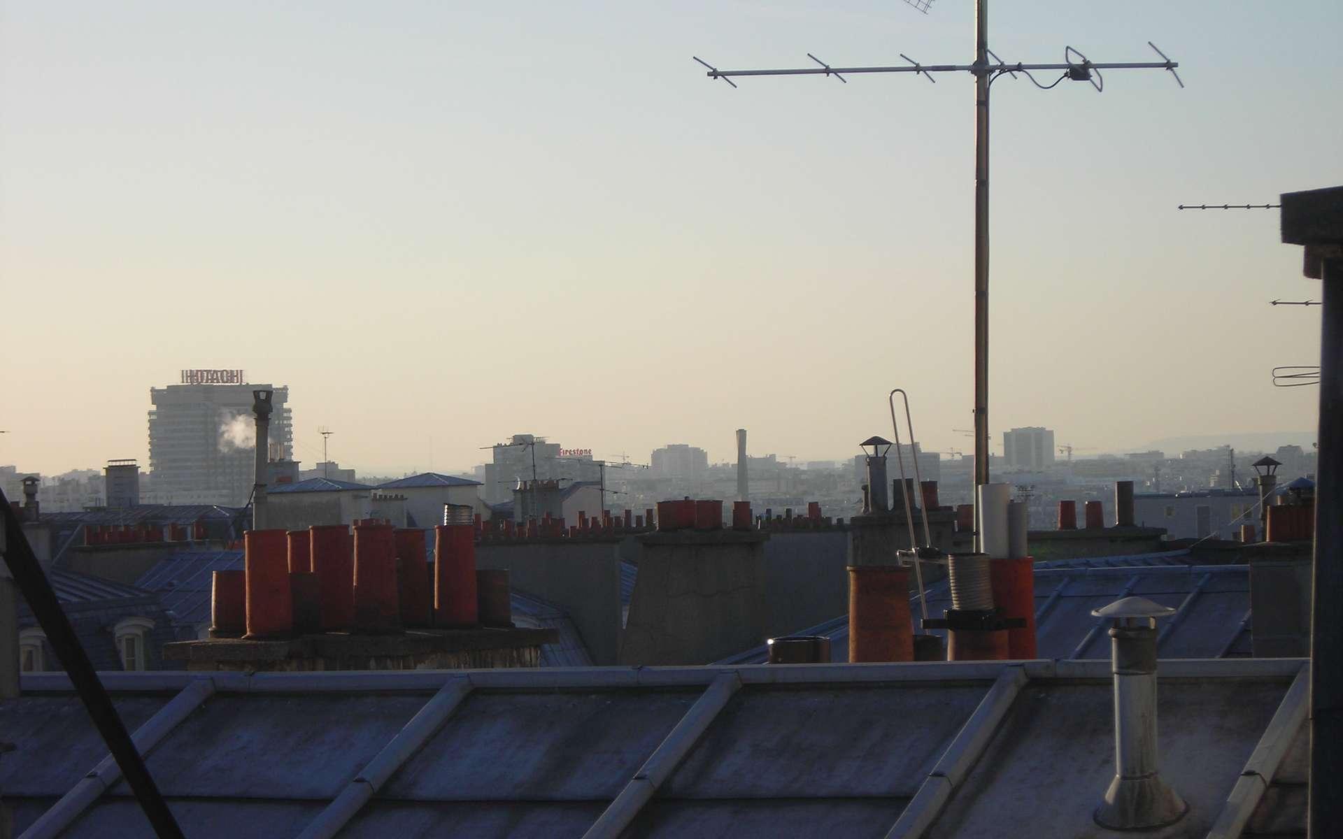 L'arêtier désigne une ligne rampante se trouvant au point d'intersection saillant de deux pans de toiture. Sur cette photo des toits de Paris, on voit au premier plan un arêtier recouvert d'une bande métallique. © Dorian Bianco, Domaine public, Wikimedia Commons