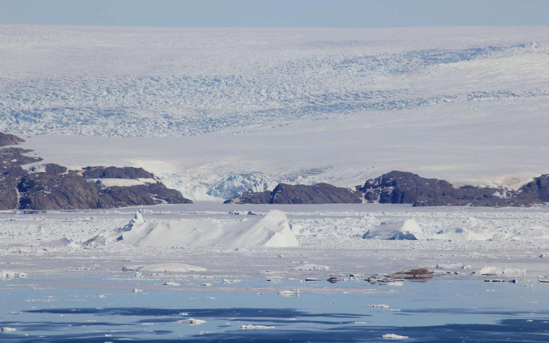 Tous les glaciers groenlandais, comme le glacier d'Upernavik, au nord-ouest du territoire, s'effritent progressivement. Y compris dans les régions que l'on pensait encore épargnées par le réchauffement climatique. © Shfaqat Abbas Khan