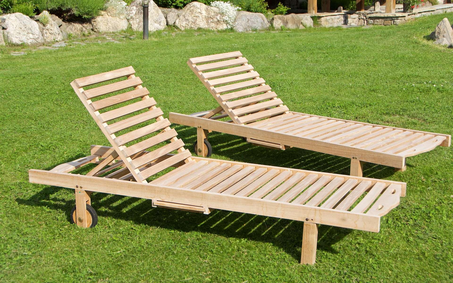 Pour durer dans le temps, le mobilier de jardin en bois nécessite un entretien régulier. © giemmephoto, Adobe Stock