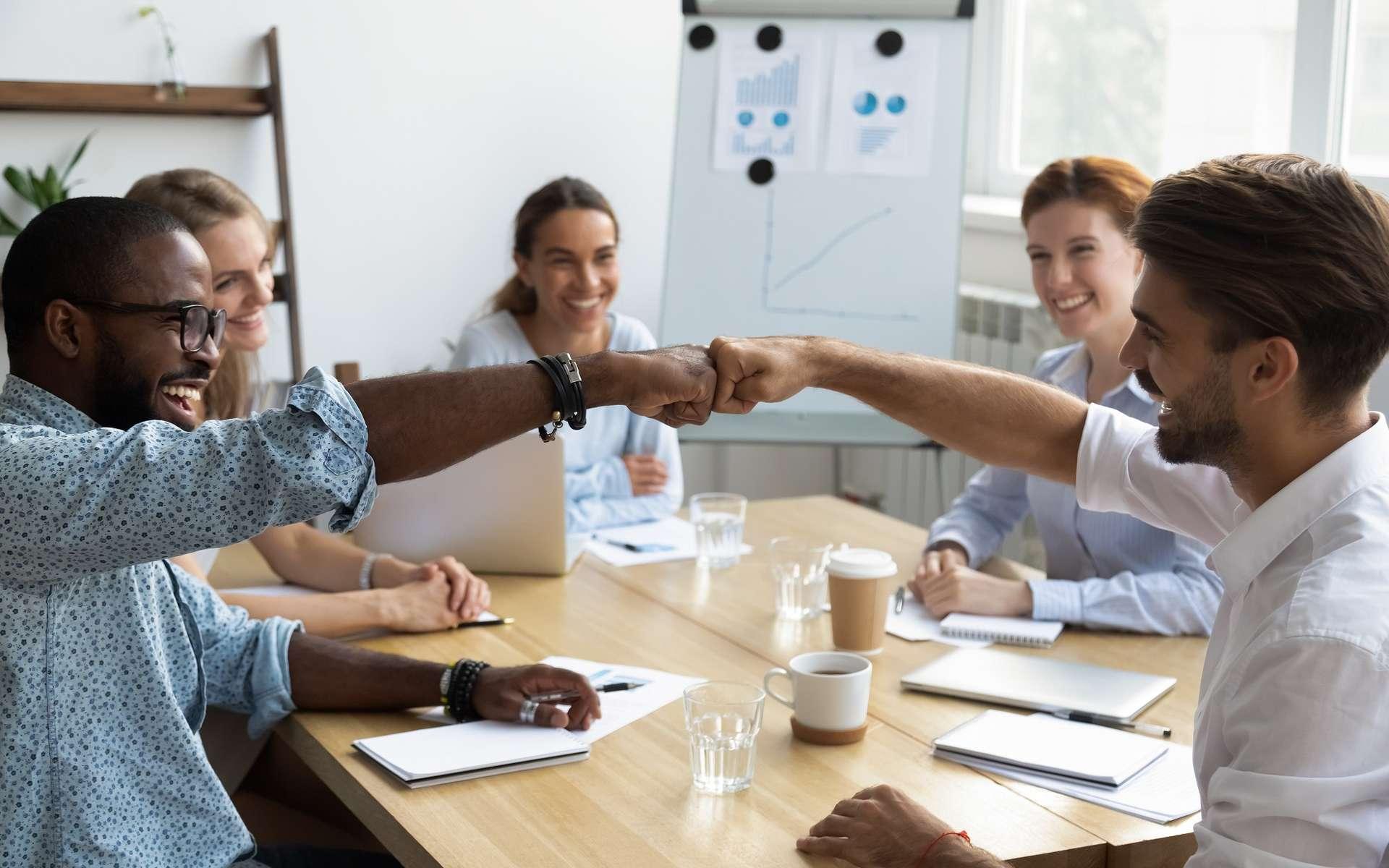 Le chef de projet doit être avant tout un bon manager. La réussite d'un projet ne peut se faire qu'avec une bonne entente entre les membres de l'équipe. Le chef de projet doit savoir les motiver et instaurer une bonne ambiance de travail. © fizkes, Adobe Stock