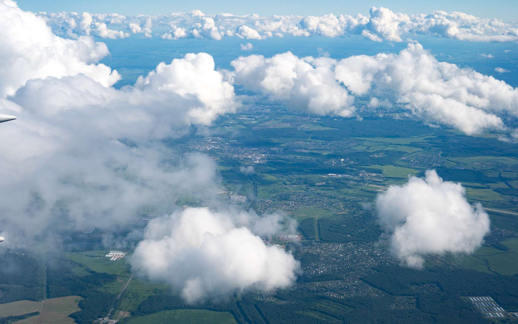 Les nuages en général ne tombent pas du ciel. Sauf quand il pleut… © science photo, fotolia