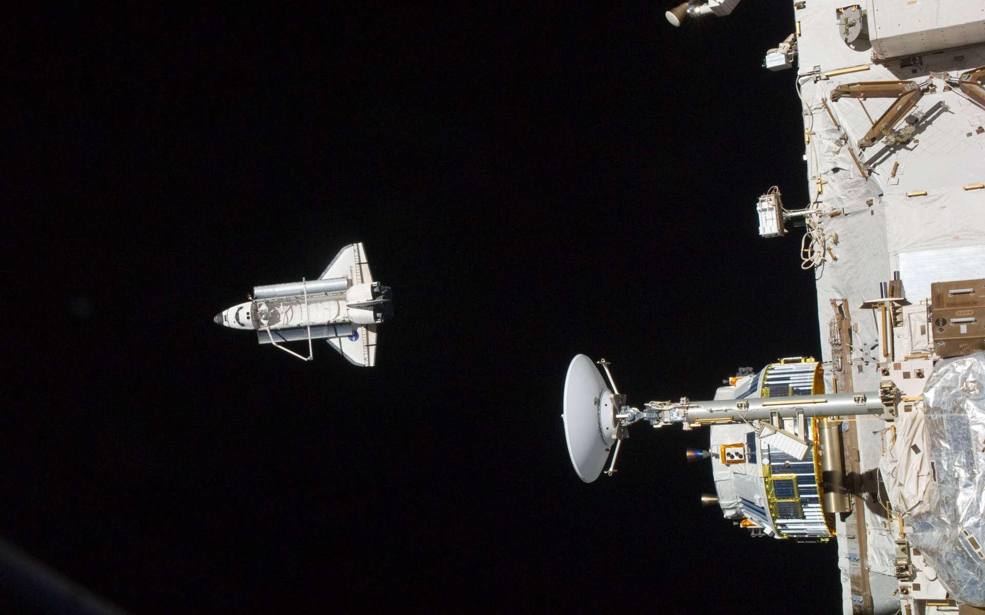 Après s'être désarrimée de la Station lundi, Discovery a entamé son voyage du retour. Des sept passagers du départ, seuls six redescendent sur Terre. Le septième, Robonaut 2, est resté à bord de la Station et servira d'assistant aux astronautes à bord du complexe orbital. © Nasa