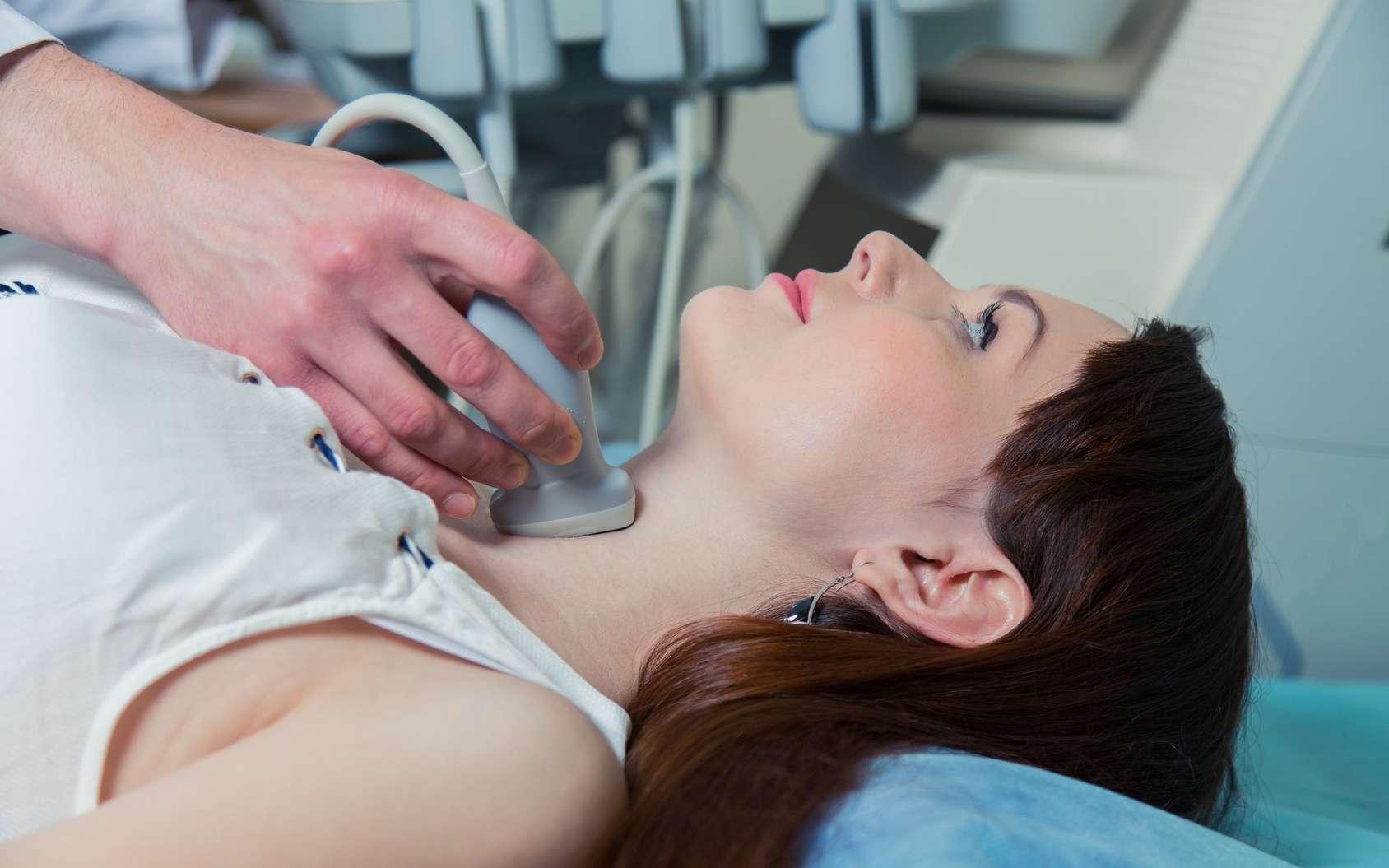 La thyroïde est une glande située à la base du cou. Pour traiter l'hypothyroïdie, il faut compenser le déficit d'hormones thyroïdiennes, ce que fait le Levothyrox en apportant un substitut de la thyroxine naturelle. © Satyrenko, Fotolia