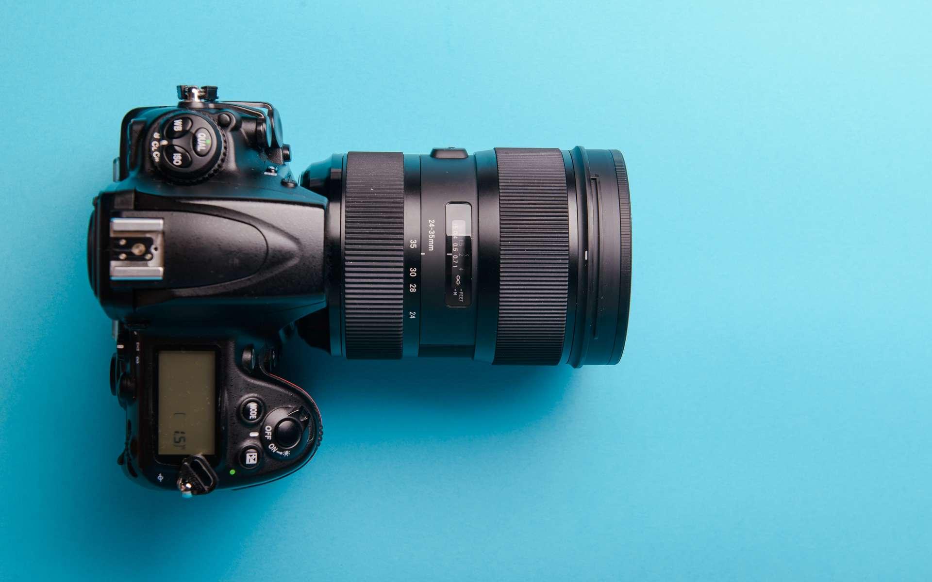 La principale différence entre un hybride et un reflex est son système de visée. © Andrzej Wilusz, Adobe Stock