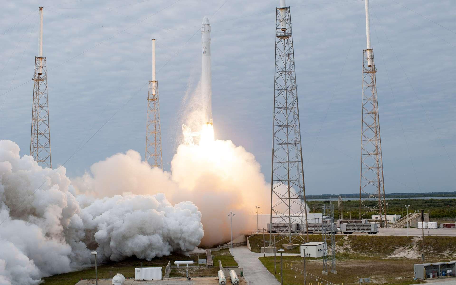 Décollage du lanceur Falcon-9 depuis le pas de tir LC-40 de la base de lancement de Cap Canaveral en Floride, à côté du Centre spatial Kennedy. Tout s'est bien passé jusqu'à la séparation du lanceur et de la capsule. Un problème affectait le système de propulsion de la capsule, et a été réglé dans les heures suivantes. © Nasa