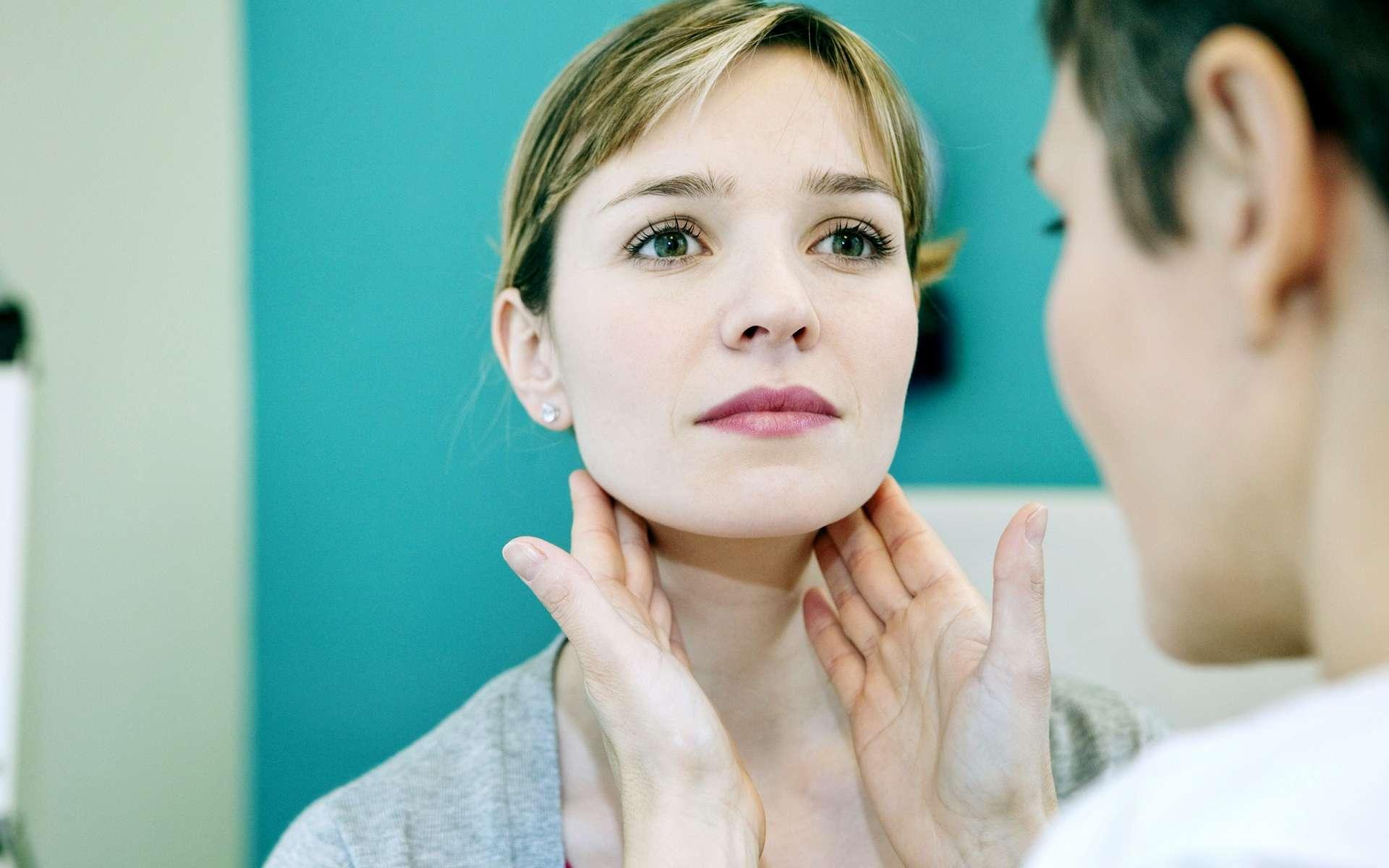 Les ganglions du cou peuvent être perçus par palpation. © Image Point Fr, Shutterstock