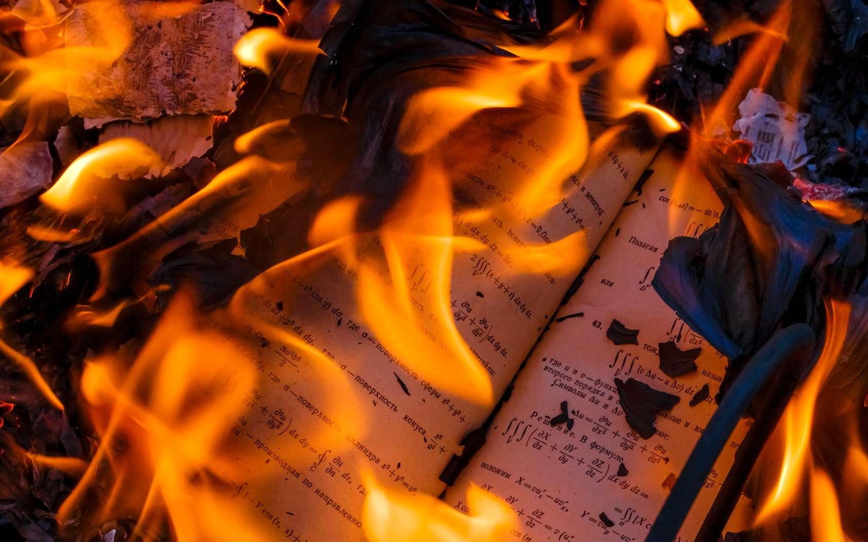 Le titre du roman fait référence à la température d'auto-inflammation du papier : 451 degrés Fahrenheit. © Alias612, Fotolia