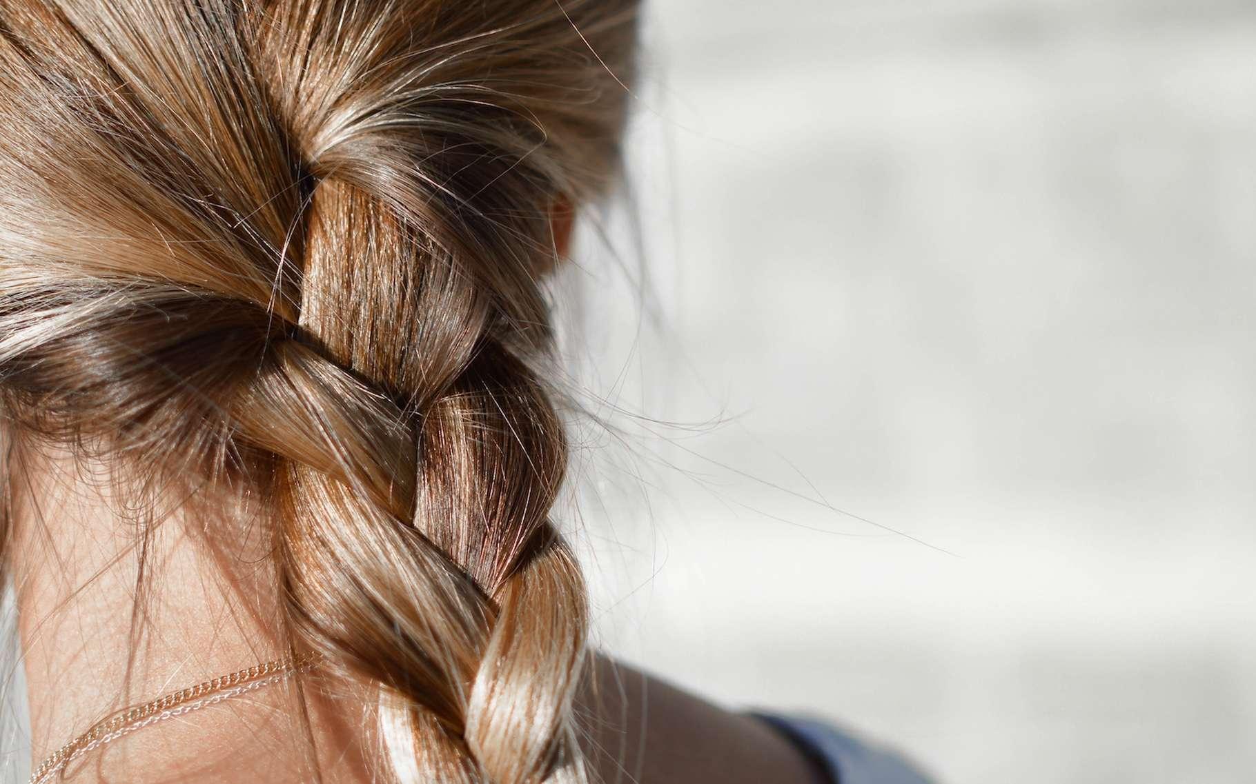 Les cheveux humains doivent leur incroyable résistance à leur structure déformable. © Tamara Bellis, Unsplash, CC0