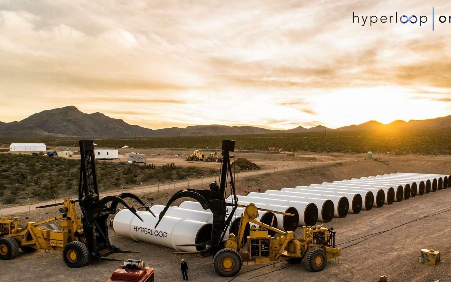 Après avoir testé avec succès le système de propulsion de son Hyperloop, Hyperloop One est en train d'assembler un tronçon d'essai sur son site basé dans le Nevada (États-Unis). Un test de prototype à échelle réelle sera conduit en fin d'année. Avec l'entreprise russe Summa Group, la société nord-américaine a pour but de transporter du fret entre la Chine et l'Europe en une journée. © Hyperloop One