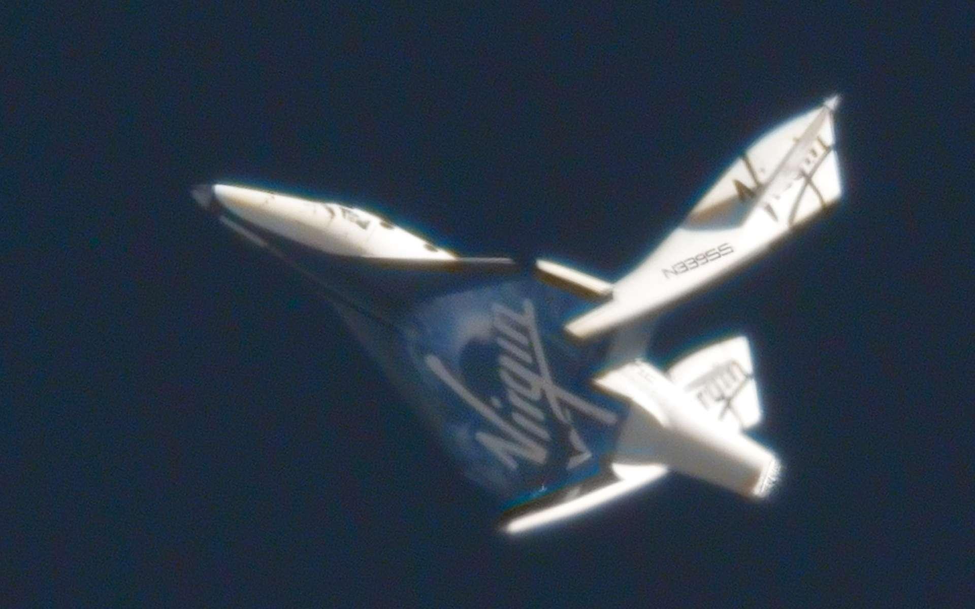 Les essais en vol se poursuivent avec succès selon un calendrier et des objectifs qui ne sont pas rendus publics. On sait juste que Virgin Galactic souhaite commencer son service en 2012. Cette photo a été prise le 4 mai dernier. Largué à 15,6 kilomètres d'altitude, SpaceShip Two a évolué en mode Feather, c'est-à-dire ailes repliées à 65° comme si l'engin revenait de l'espace. © Clay Center Observatory/Virgin Galactic