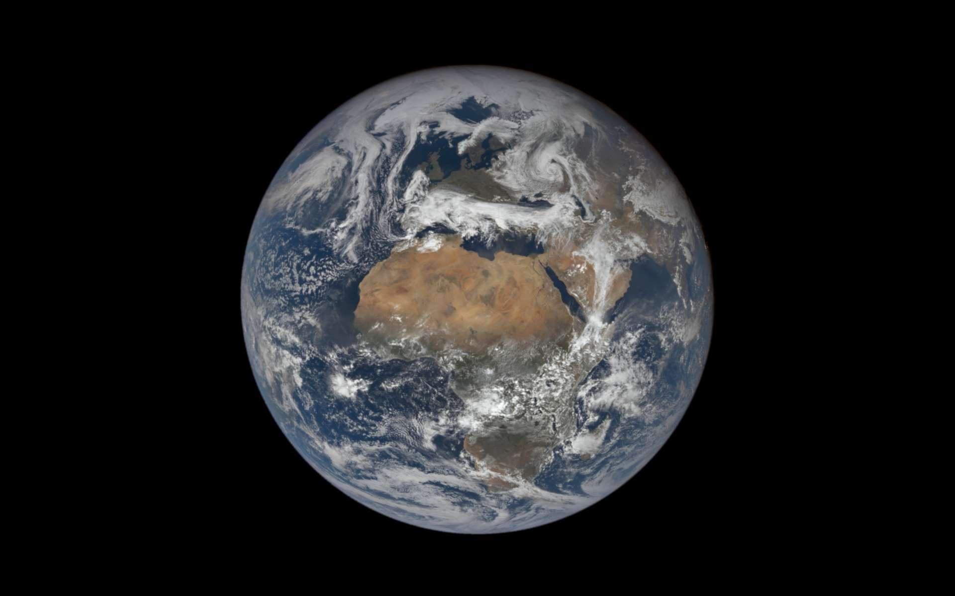 La Terre, le 22 avril 2020, photographiée par le satellite DSCOVR. Ce dernier ne la quitte pas des yeux depuis le début de sa mission et offre ainsi aux Terriens un regard sur l'évolution de la Planète au fil des jours, des semaines, des mois, etc. © DSCOVR, Nasa