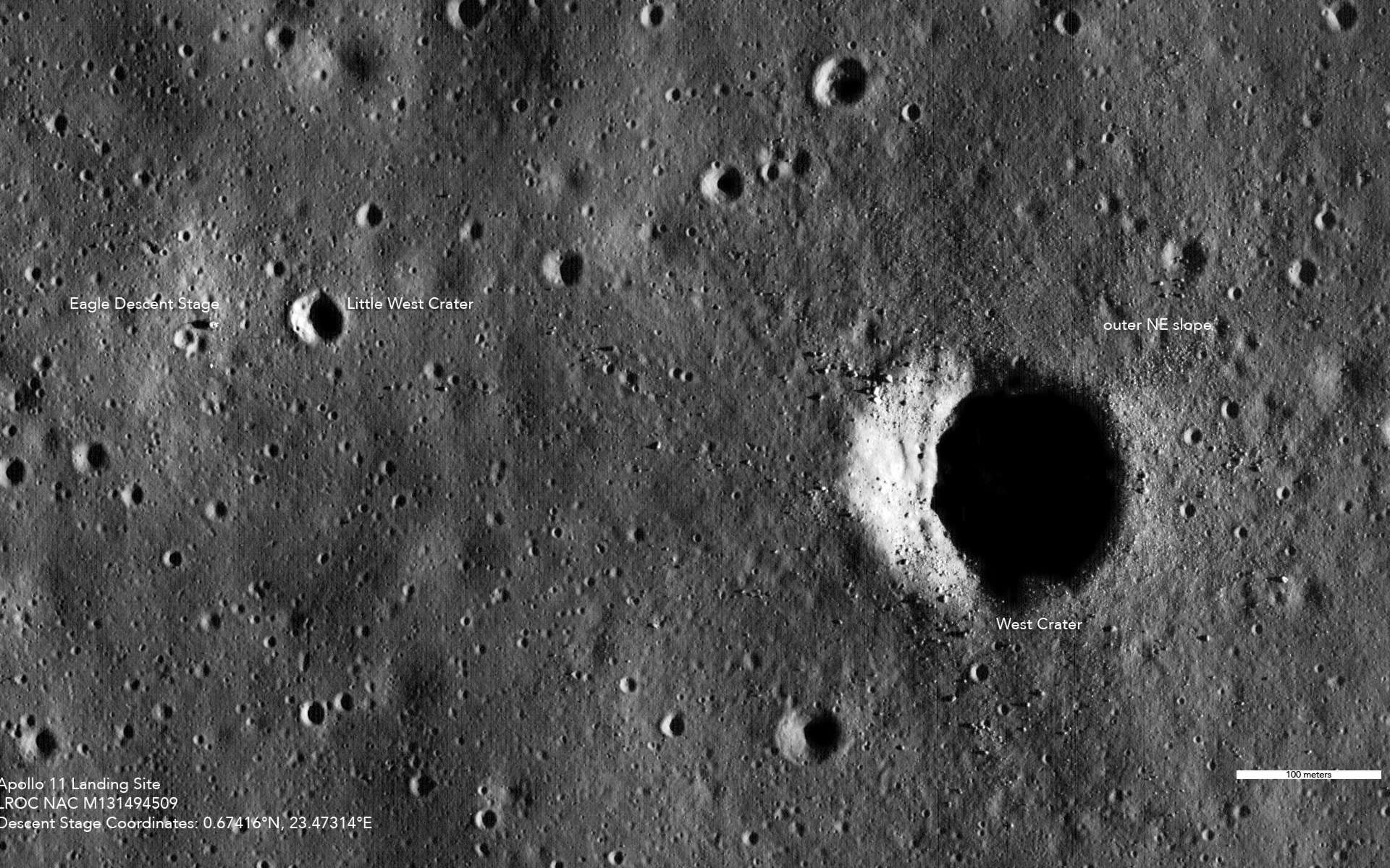 Le site d'alunissage d'Apollo 11 vu par la sonde LRO de la Nasa. À gauche, la version HD de cette image permet de voir distinctement le module lunaire Eagle et de discerner les traces de pas des astronautes Armstrong et Aldrin. © Nasa/Goddard/Arizona State University