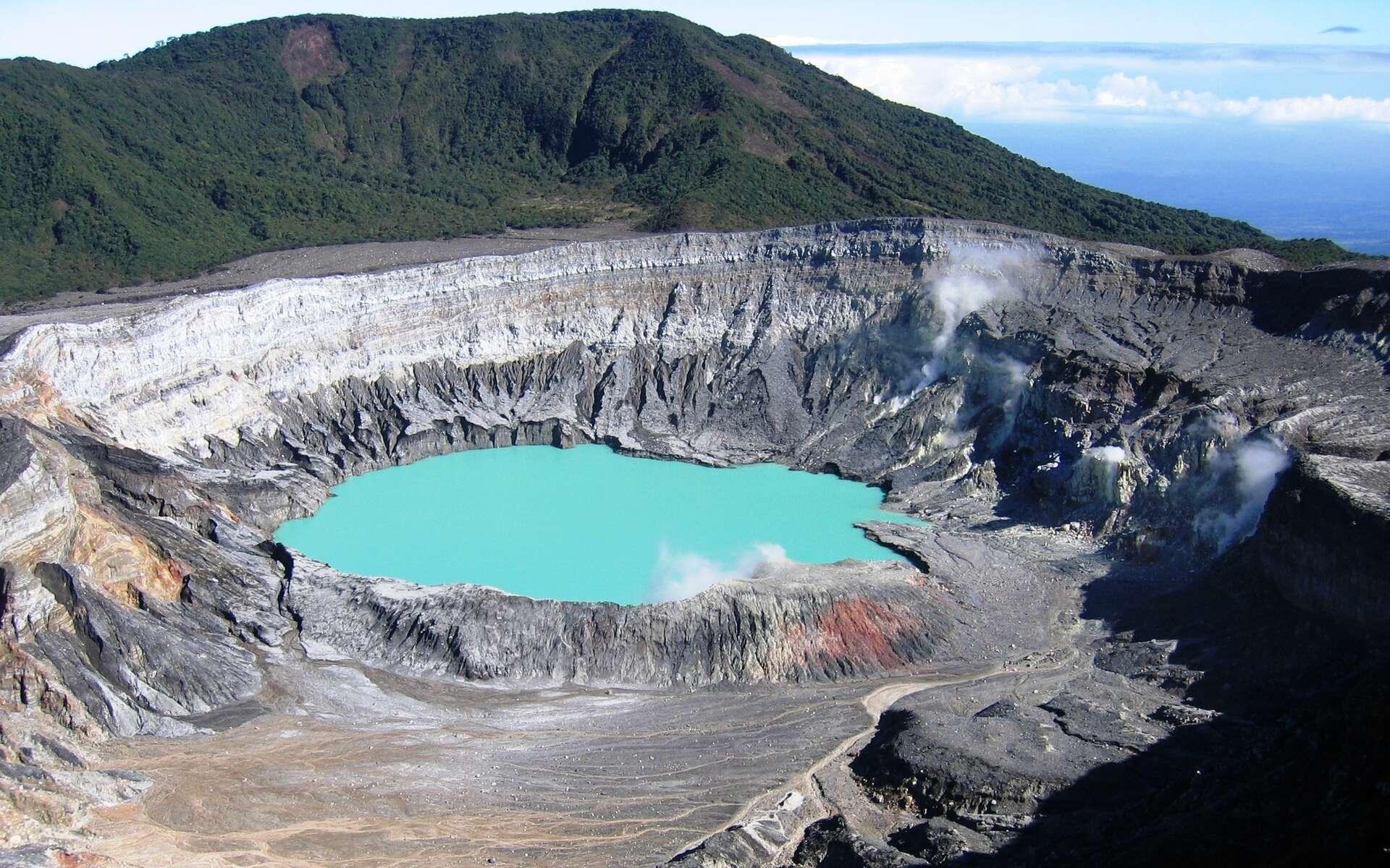 Le Poás est un stratovolcan du Costa Rica. Son cratère principal héberge un lac acide, qui dégage régulièrement des vapeurs sulfurées toxiques et qui est le lieu d'éruptions phréatiques. © Peter Andersen, CC by-sa 3.0