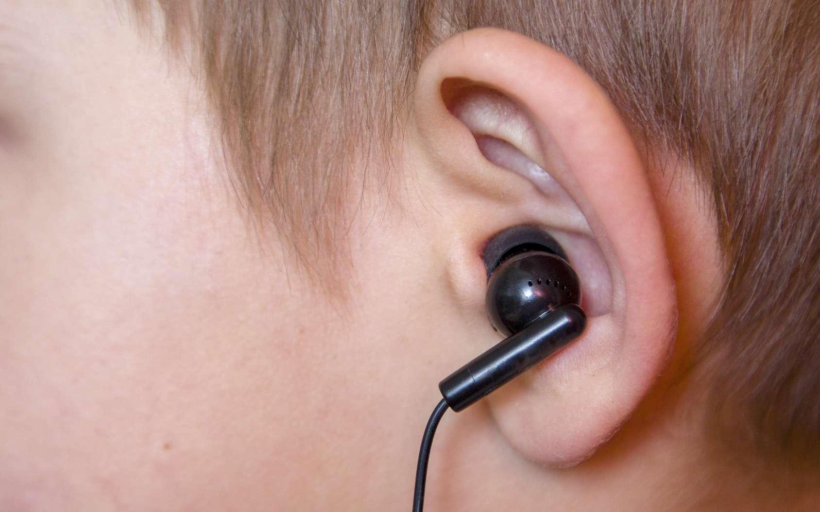 L'écoute prolongée de musique même à faible volume peut entraîner une atteinte auditive. © vitec40, Fotolia