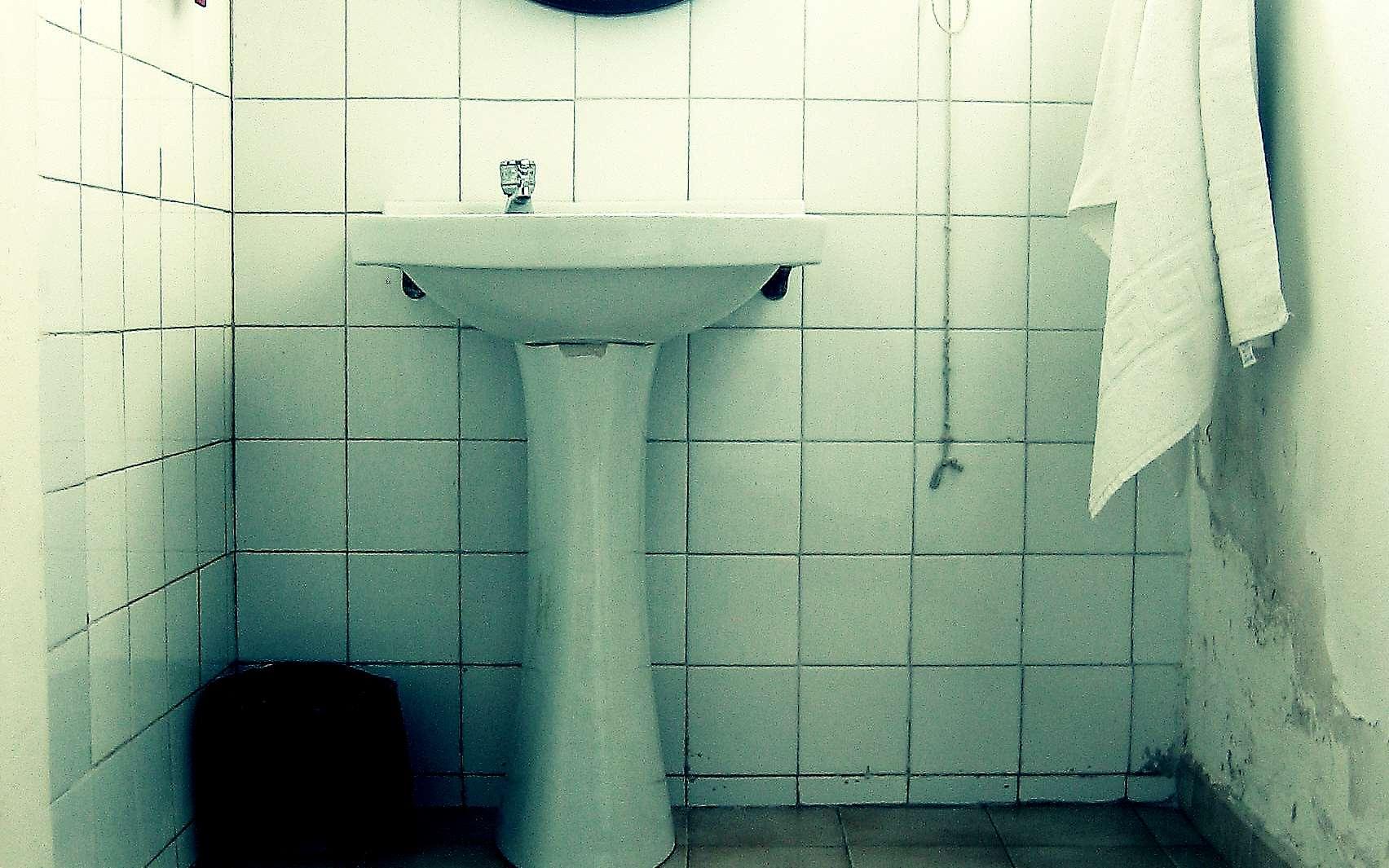 Un lavabo à colonne permet de dissimuler la tuyauterie sanitaire. © Antonio Martinez, CC BY-NC-SA 2.0, Flickr
