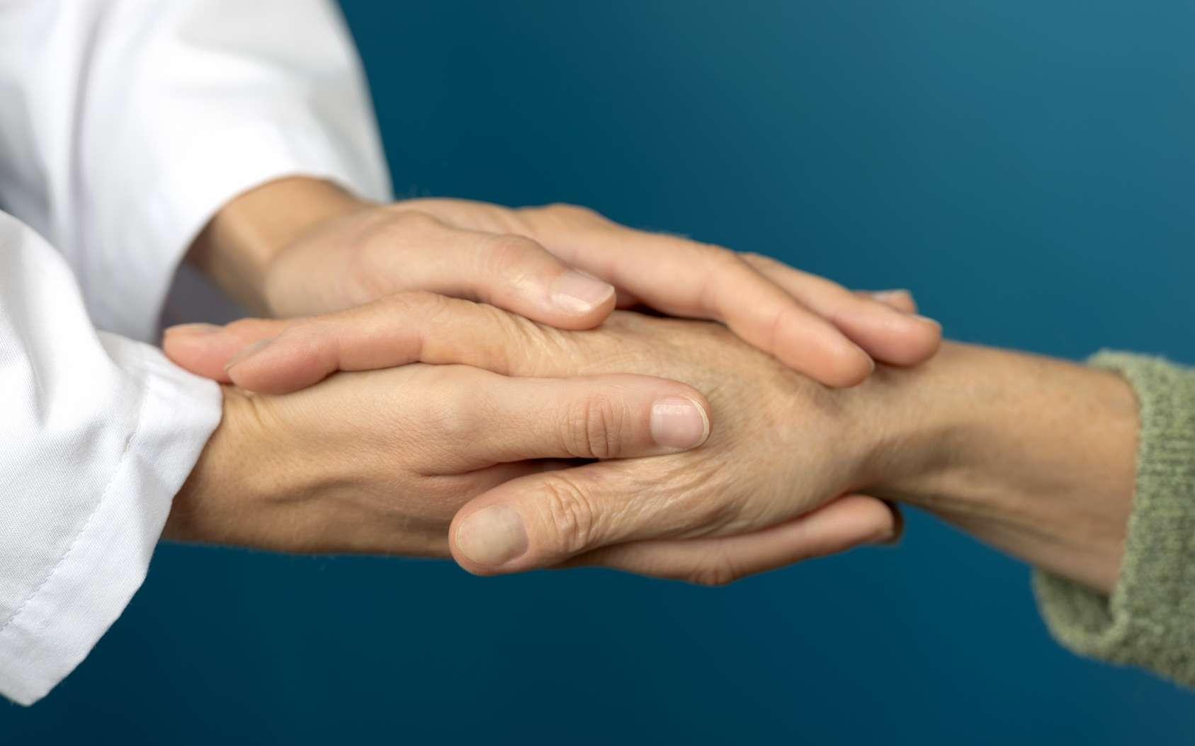 Souvent source de réconfort et d'écoute, l'aide-soignant a une relation très particulière avec le malade. © koszivu, Fotolia.