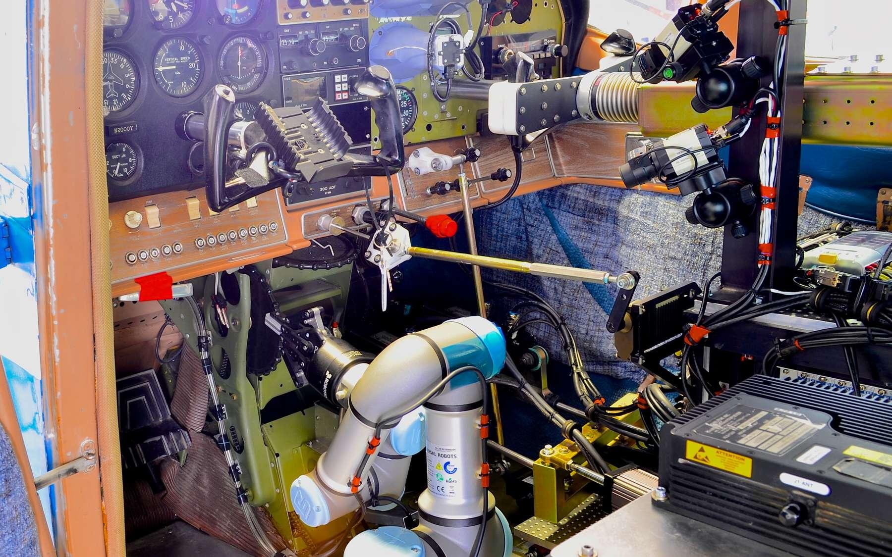 Ce robot, qui n'a rien d'humanoïde, sait piloter un avion sans qu'il y ait d'autres modifications à réaliser que retirer ses sièges. Il ne sait pas encore gérer la radio. © Robins Air Force Base