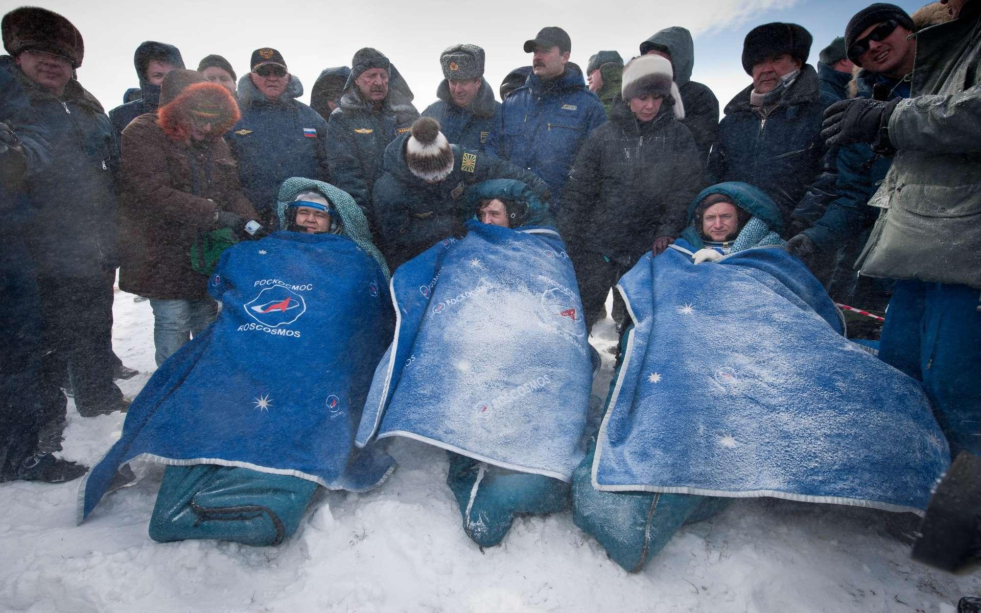 Les cosmonautes russes Oleg Skripotchka (à gauche), Alexandre Kaleri (au centre) et l'astronaute américain Scott Kelly (à droite) sont revenus sur Terre après cinq mois dans l'espace. © Nasa/Bill Ingals