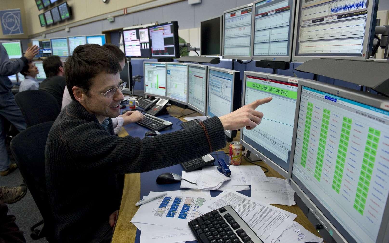 Mike Lamont, chef du groupe Opérations du Cern, dans la salle de controle du LHC, le CERN Control Centre, montre l'énergie atteinte le matin du 19/03/2010 par les faisceaux du LHC : 3,48 TeV ! Crédit : Maximilien Brice-Cern