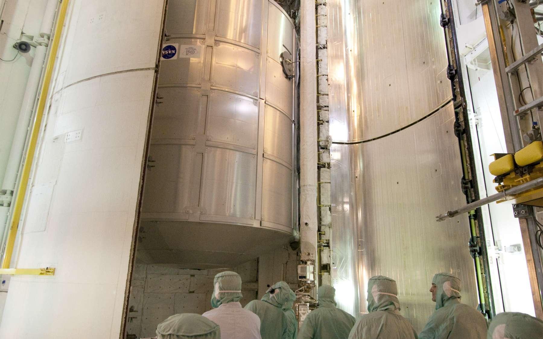 La soute de la navette Discovery à l'intérieur de laquelle ont notamment été installés le module permanent PMM et Robonaut-2. © Nasa / Jack Pfaller