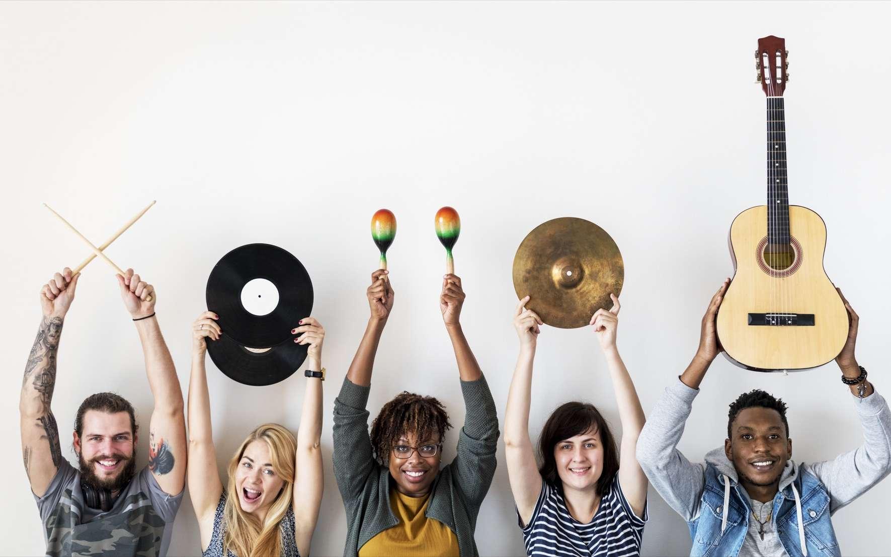 La musique est un élément fondamental de notre évolution. Elle permet l'expression de liens sociaux uniques. Elle peut également renforcer la cohésion et la confiance mutuelle entre les gens en signalant des valeurs partagées. © Rawpixel.com, Adobe Stock