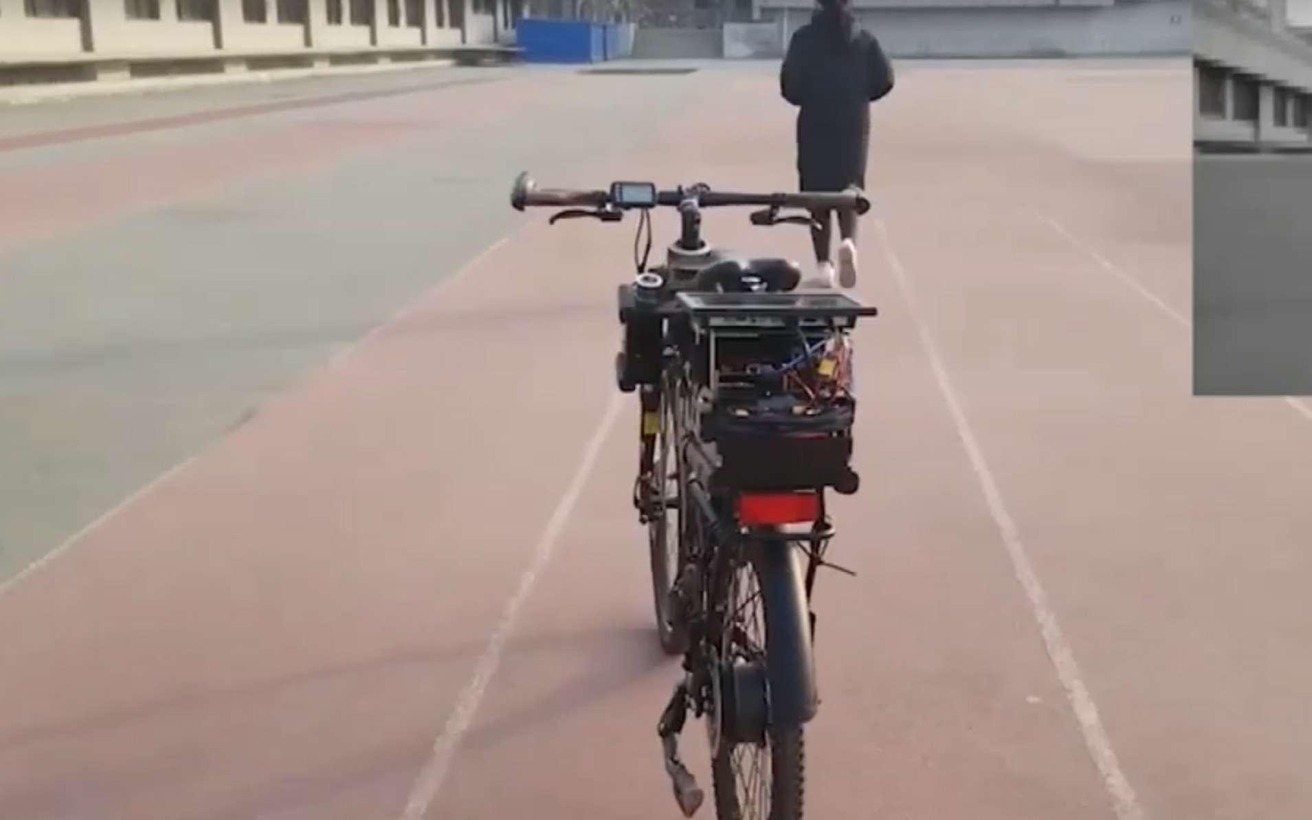 Ce vélo est bardé de capteurs et caméras reliés à une puce hybride qui fait fonctionner tous les algorithmes en parallèle. © New China TV