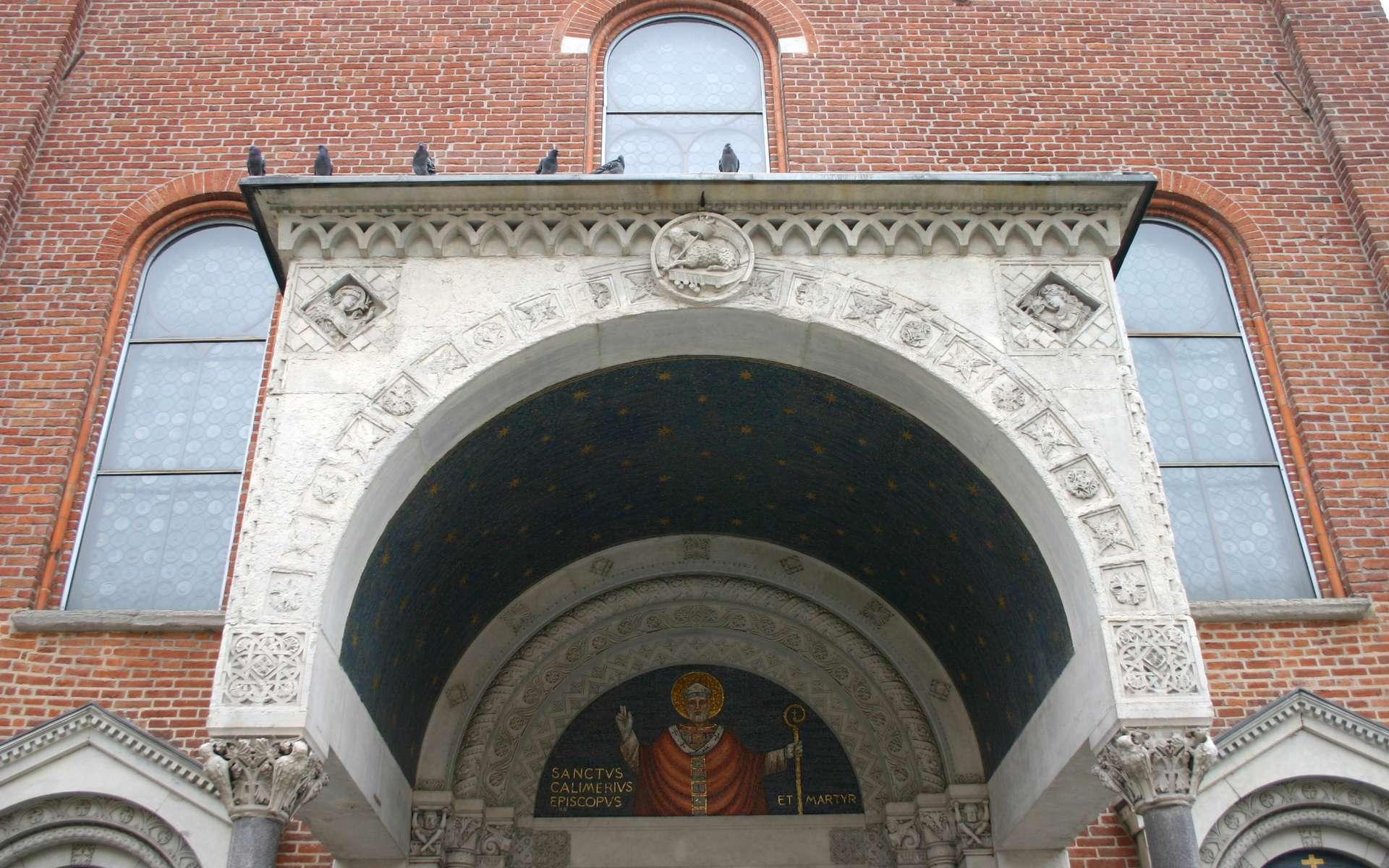 Le porche est l'avant-corps d'un édifice. Ici le porche de l'église Saint Calimero à Milan. © G.Dallorto, CC BY SA 3.0, Wikipedia Commons
