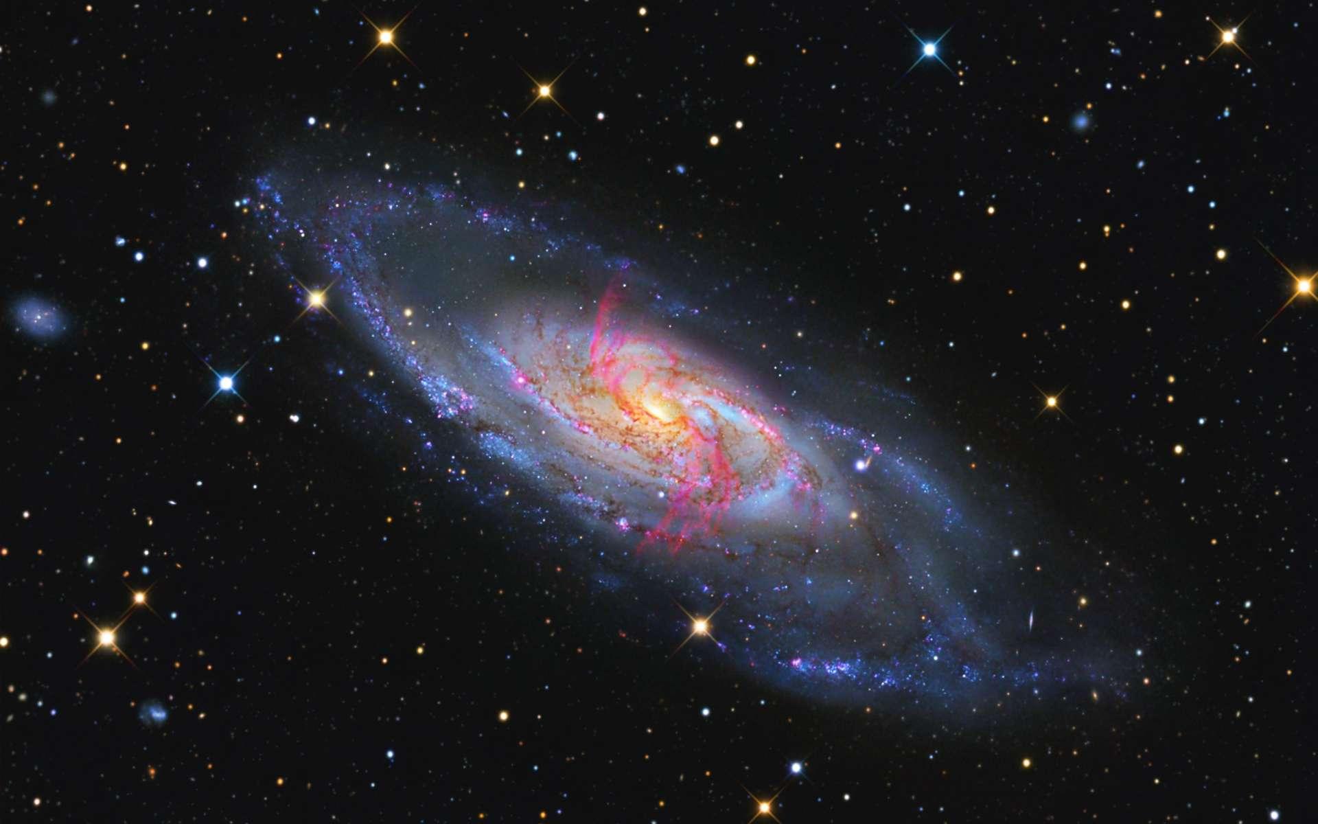 La galaxie spirale M 106 revisitée par l'astrophotographe Jay Gabany. Un des clichés qui composent l'image finale a été réalisé avec un filtre révélant les jets d'hydrogène ionisé issus du trou noir central. Crédit Jay Gabany