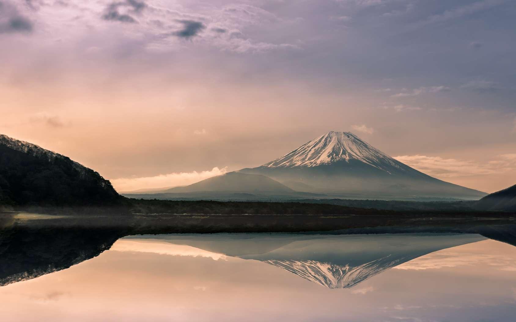 Le mont Fuji au lever du Soleil. Le stratovolcan est un des nombreux volcans de la ceinture de feu du Pacifique. © basiczto, fotolia