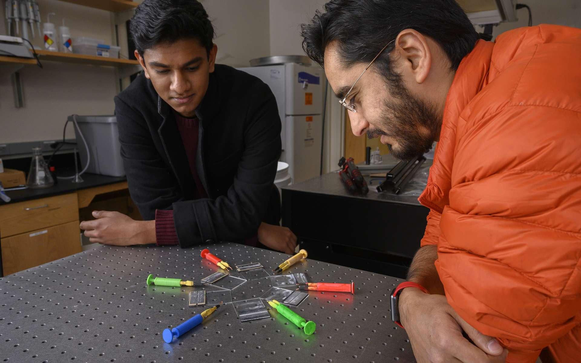Saad Bhamla et son étudiant Gaurav Byagathvalli ont mis au point un électroporateur à bas coût pour l'édition génétique. © Christopher Moore, Georgia Tech