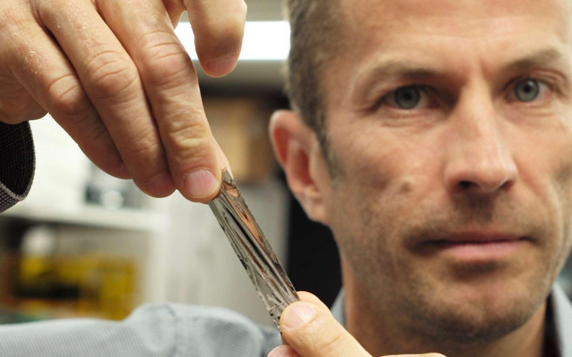 IBM et Sony ont battu un nouveau record de stockage. Ici, le professeur Mark Lantz (IBM Research) tient un échantillon de bande magnétique haute densité. © IBM Research