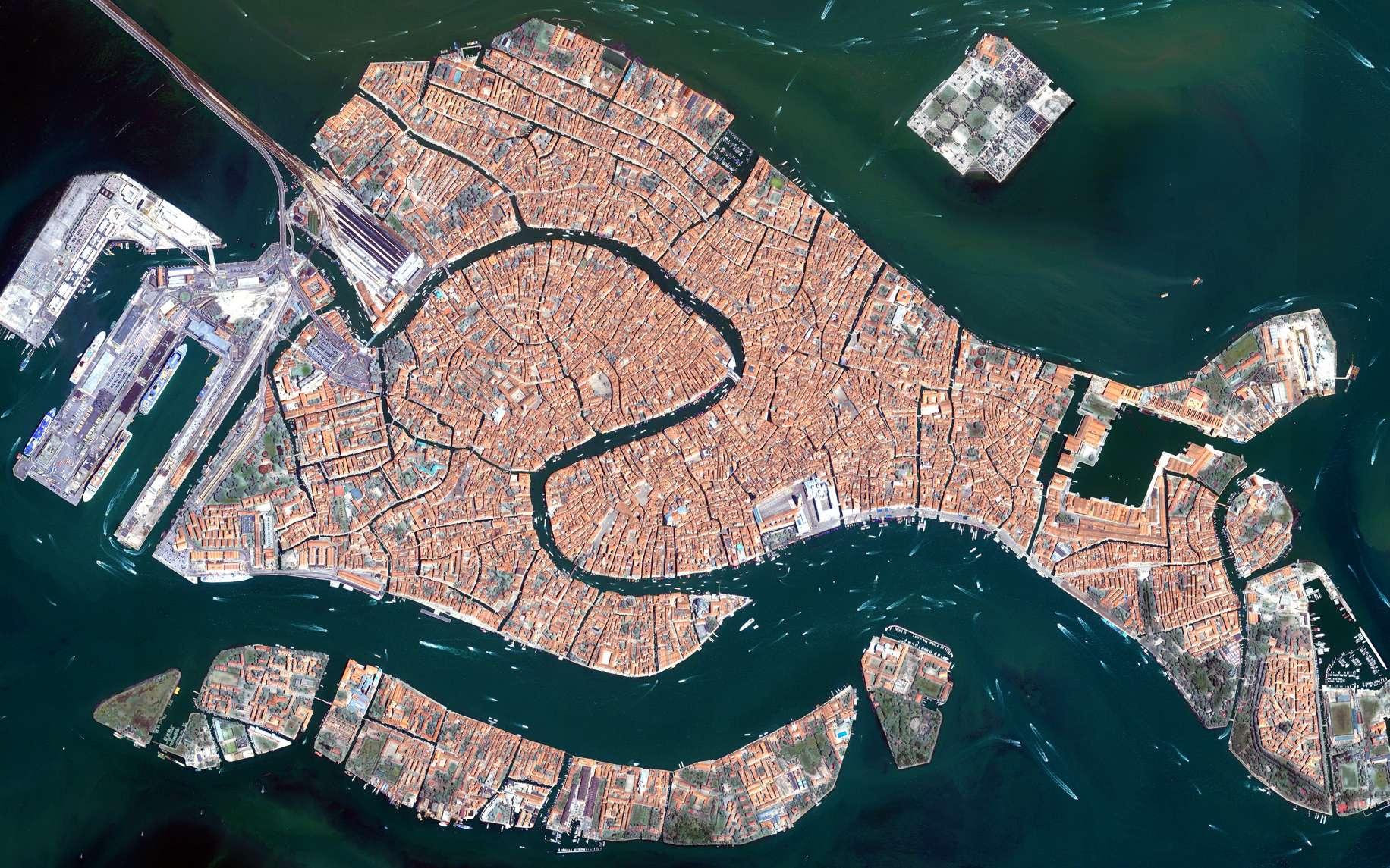 Cette image de Venise a été prise le 22 juin 2008 par Ikonos 2, un satellite commercial qui fournit des images à haute résolution en modes panchromatique et multispectral. © European Space Imaging (EUSI)