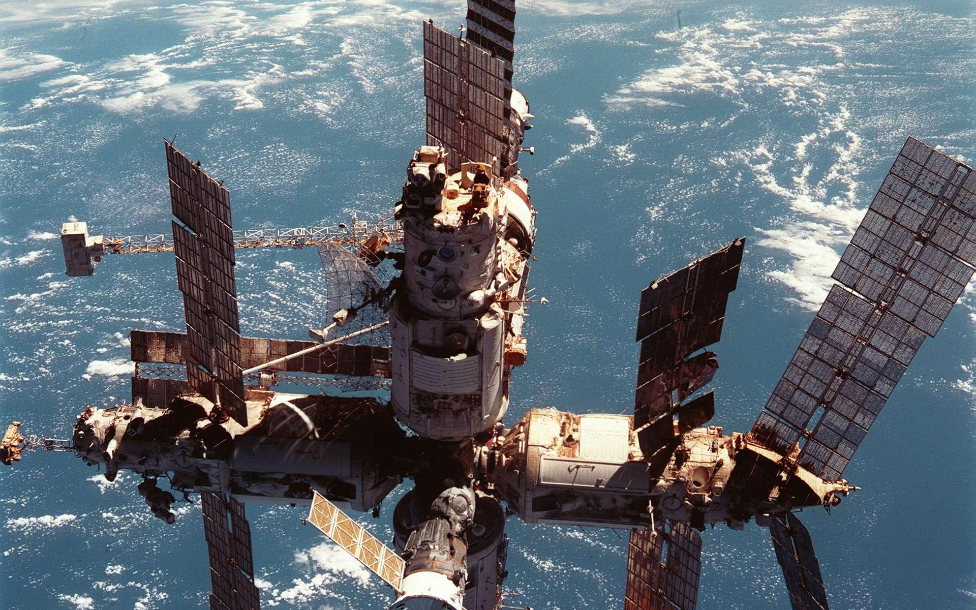 La station Mir photographiée depuis une navette américaine en 1998. Crédit Nasa