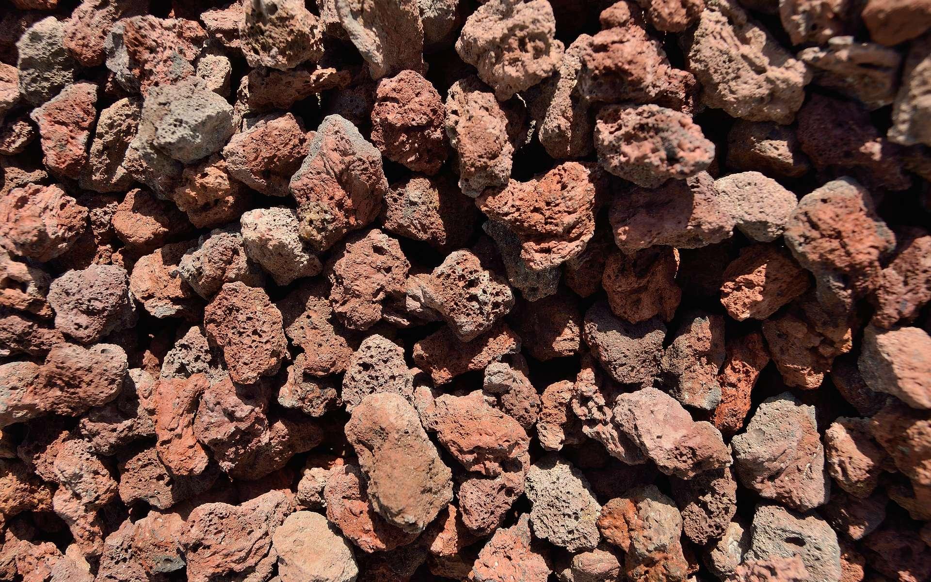 La pouzzolane est une pierre volcanique pouvant servir de paillage minéral dans le jardin. © BGO