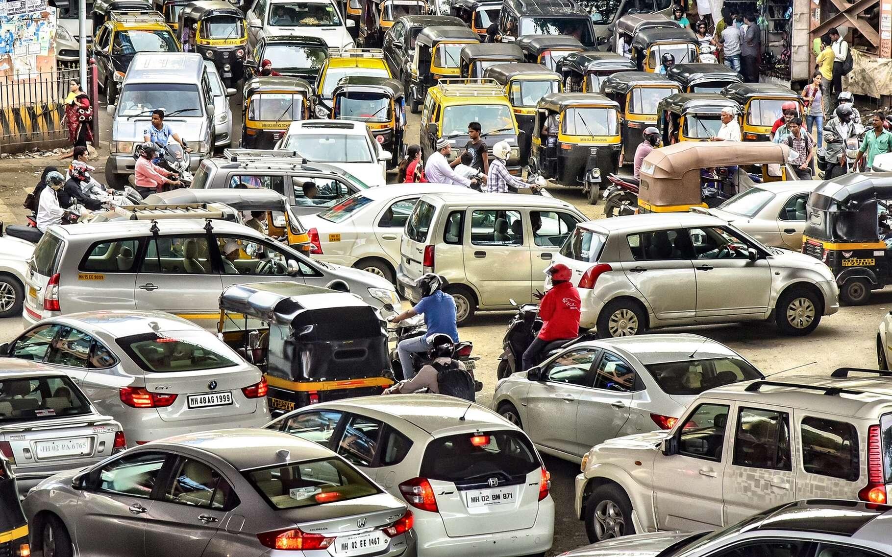 Les taux de motorisation continuent d'augmenter un peu partout dans le monde, et encore plus dans les pays en développement, comme ici en Inde, causant de plus en plus de problèmes d'embouteillage et de pollution de l'air. © Monotoomono, Shutterstock