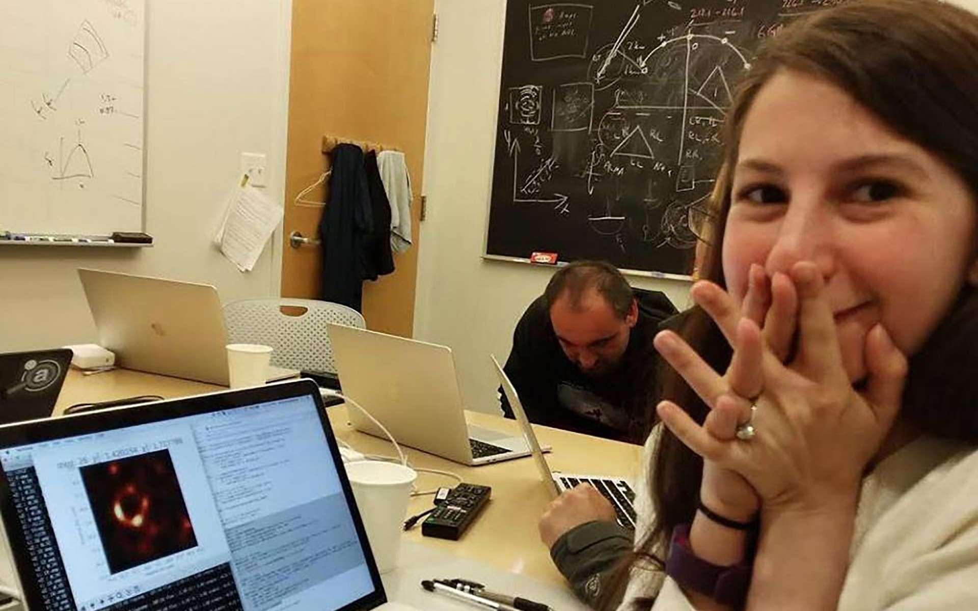 Katie Bouman au moment où elle découvrit la première image d'un trou noir supermassif. Photo qu'elle a publié sur son compte Facebook le 10 avril, jour de l'annonce historique. © Katie Bouman, Facebook
