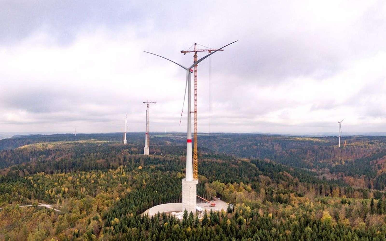 Les quatre éoliennes installées à Gaildorf (Allemagne) sont posées sur des réservoirs d'eau qui alimentent une station hydroélectrique. Ce sont les plus hautes éoliennes du monde. © Max Bögl Wind