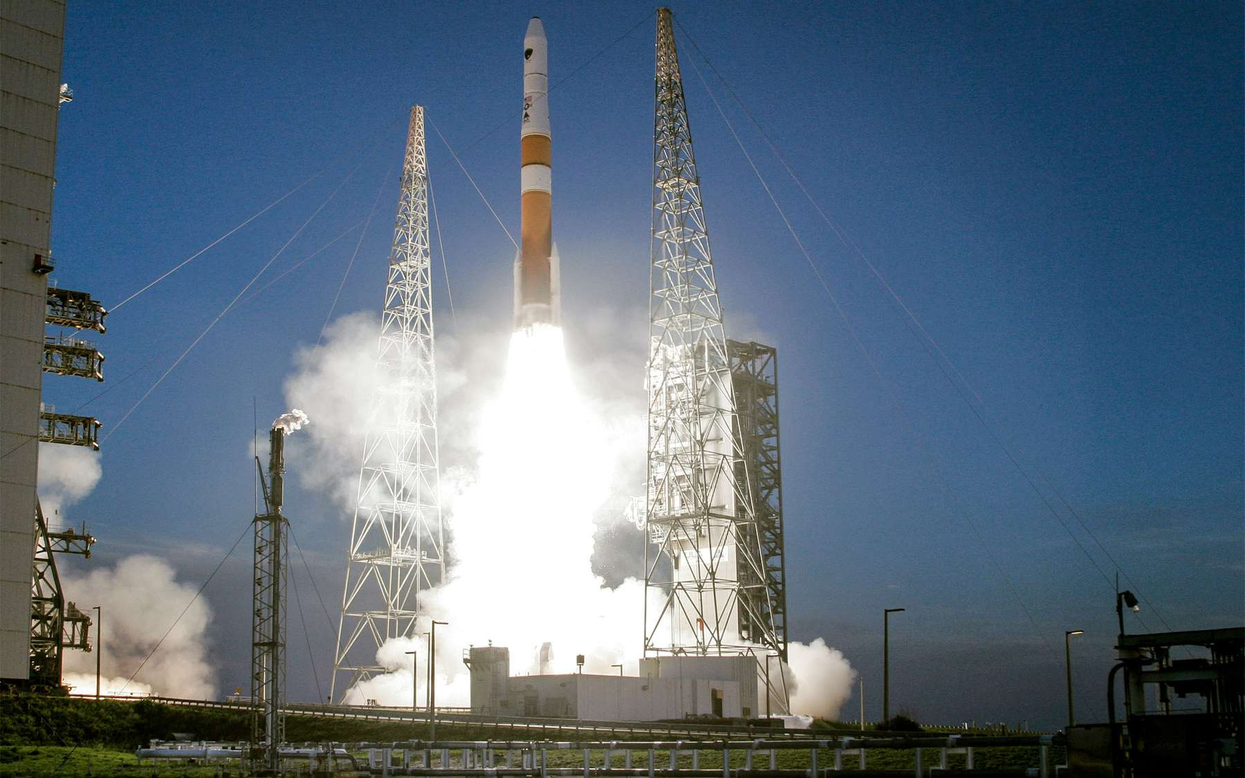 Au décollage, un lanceur Delta 4 Medium+ (4,2) qui sera utilisé ce soir pour le lancement des trois satellites de l'armée américaine. © United Launch Alliance