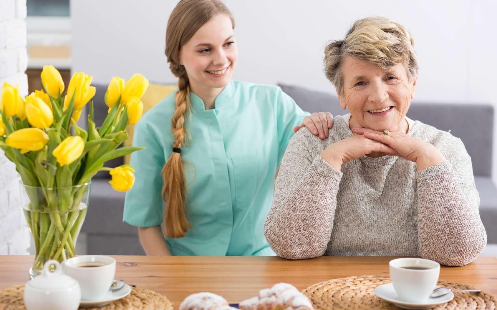 Une aide-ménagère peut s'avérer utile pour accomplir certaines tâches du quotidien : ménage, préparation des repas… © Photographee.eu, Fotolia