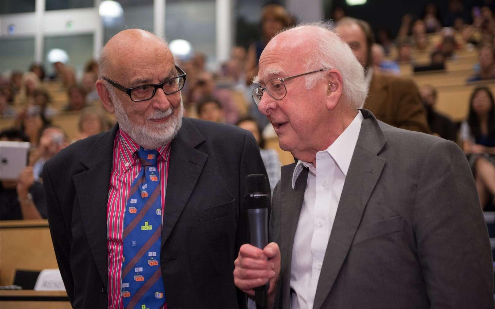 François Englert (à gauche), malheureusement sans Robert Brout, a rencontré Peter Higgs pour la première fois au Cern, le 4 juillet 2012. Les deux hommes ont reçu le prix Nobel de physique 2013. © Maximilien Brice, Laurent Egli, Cern