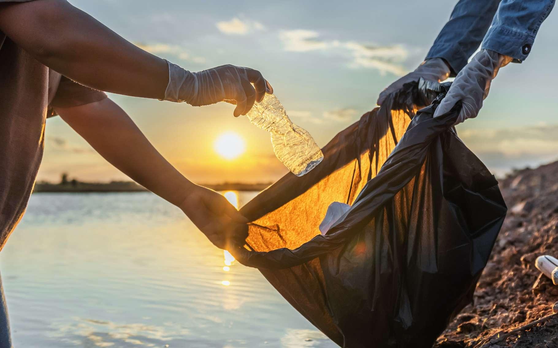 Un plastique, même s'il est biodégradable, ne doit pas être jeté dans la nature. © lovelyday12, Adobe Stock