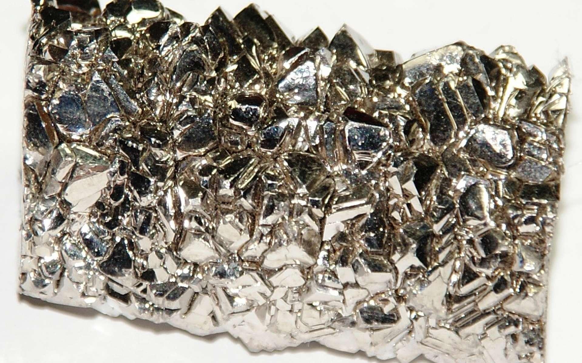 Un bloc de 87 g de titane d'environ 2,5 x 4 cm, obtenu selon le procédé van Arkel-de Boer. En alliage avec de l'or, le matériau a une dureté équivalente, voire bien supérieure quand le réseau cristallin adopte une configuration différente, obtenue par hasard par des chercheurs. © cc by sa 3.0, images-of-elements.com