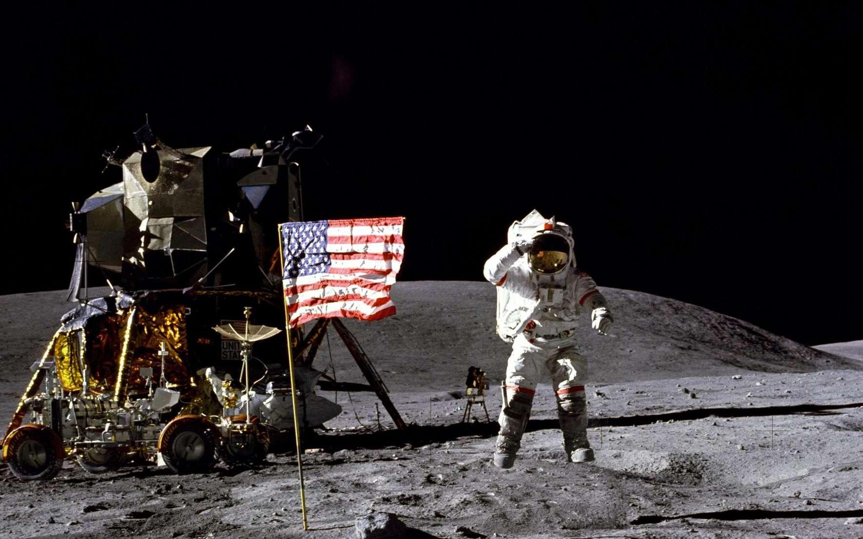 John Young bondissant devant le module lunaire Apollo 16 en 1972. © Nasa