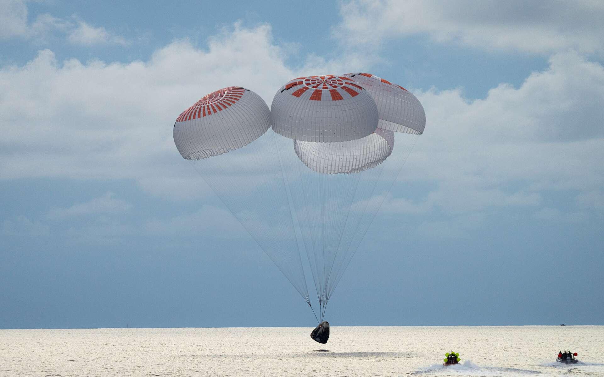 Amarrage réussi pour le Crew Dragon de SpaceX. Les « spatiotouristes » d'Inspiration4 sont revenus sur Terre sans encombre. © SpaceX