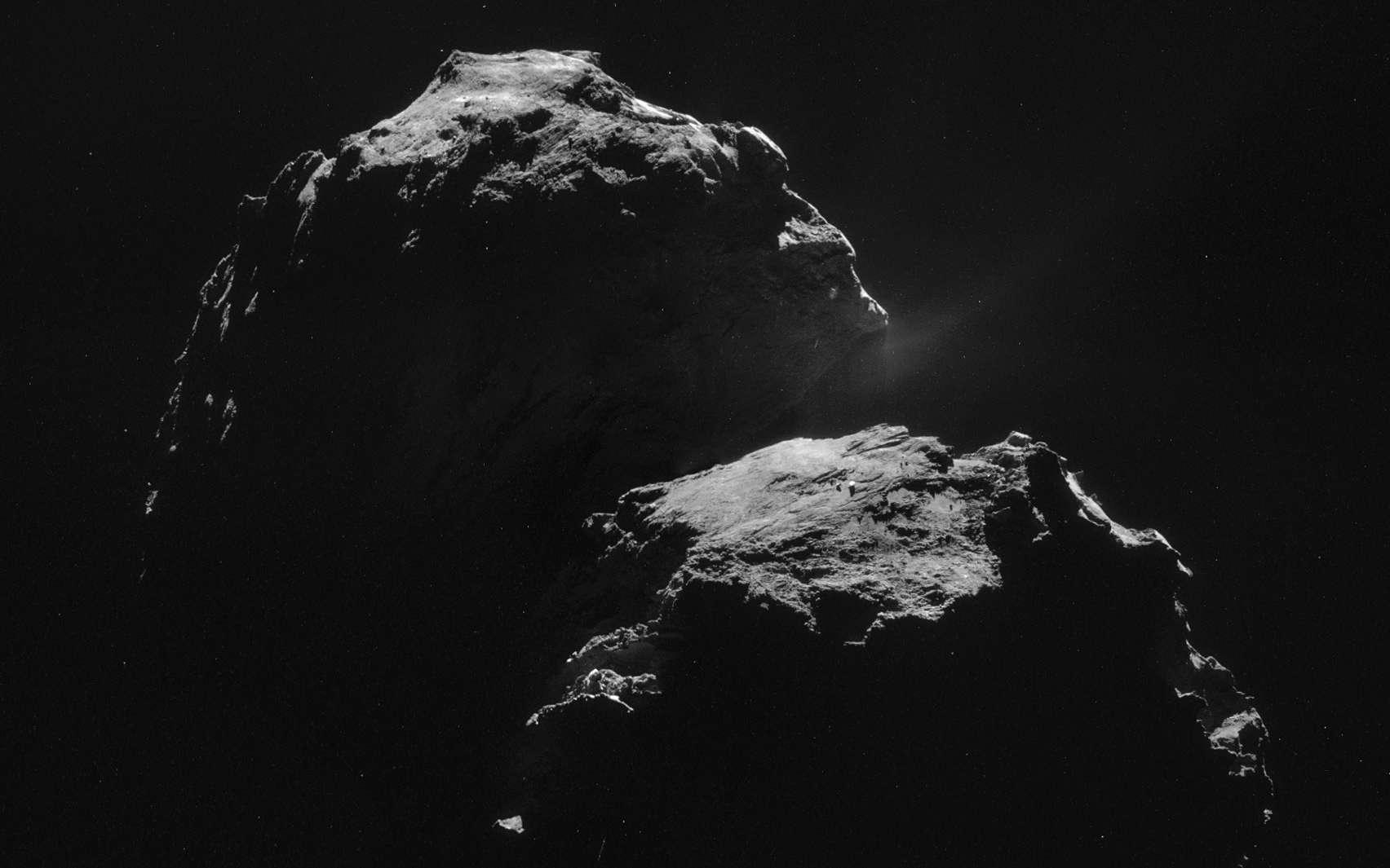 Cette image composite de la comète Churyumov-Gerasimenko, un assemblage de quatre vues, a été acquise par la sonde Rosetta depuis une distance de 31,8 kilomètres. Elle montre des détails d'un peu moins de 10 mètres (2,7 m par pixel). © Esa/Rosetta/Navcam